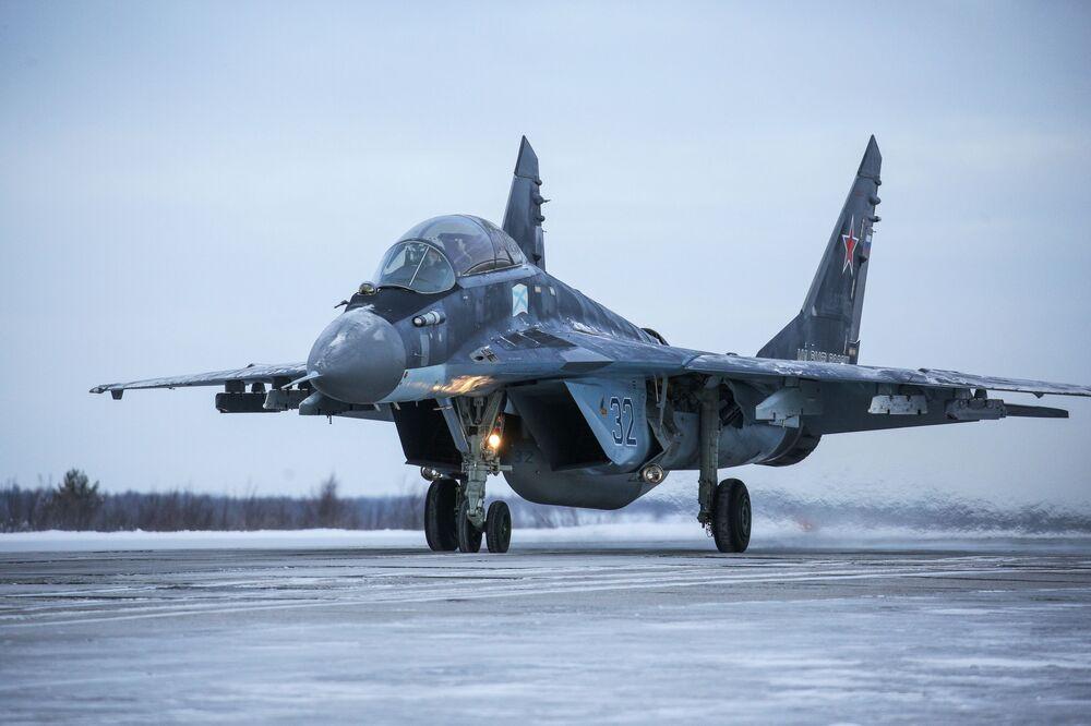 Caccia multiuso МиГ-29К durante esercitazioni militari nella Penisola di Kola
