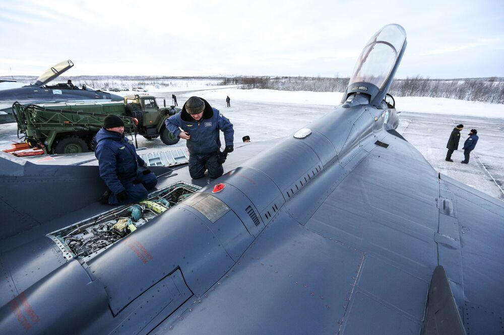 МиГ-29К multiuso a terra in fase di controllo e preparazione al volo