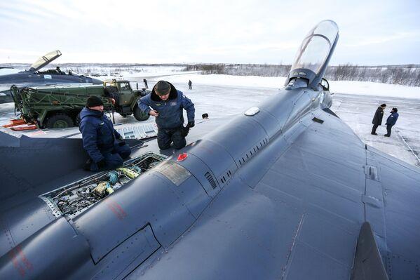 МиГ-29К multiuso a terra in fase di controllo e preparazione al volo - Sputnik Italia
