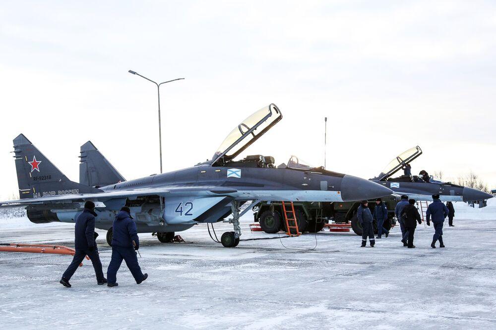 МиГ-29К, piloti e tecnici prima dell'esercitazione alla base di Severomorsk