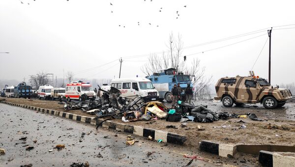 Indian soldiers examine the debris after an explosion in Lethpora in south Kashmir's Pulwama district February 14, 2019 - Sputnik Italia
