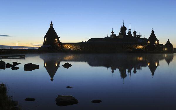 Vista del monastero notturna in estate - Sputnik Italia