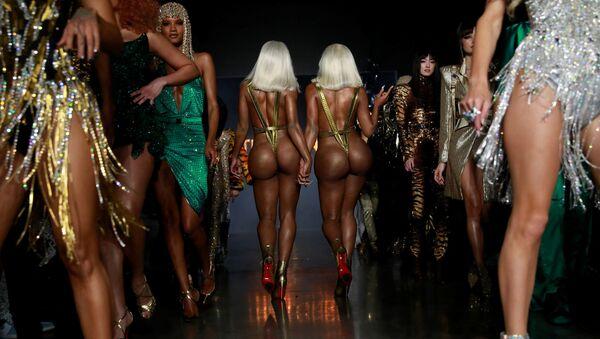 Sorelle Clermont Twins alla mostra della collezione The Blonds alla New York Fashion Week. - Sputnik Italia