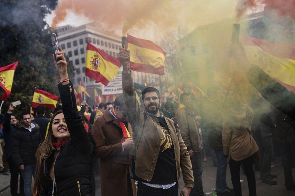I manifestanti a favore dell'unità di Spagna si sono riuniti in Plaza de Colòn a Madrid.