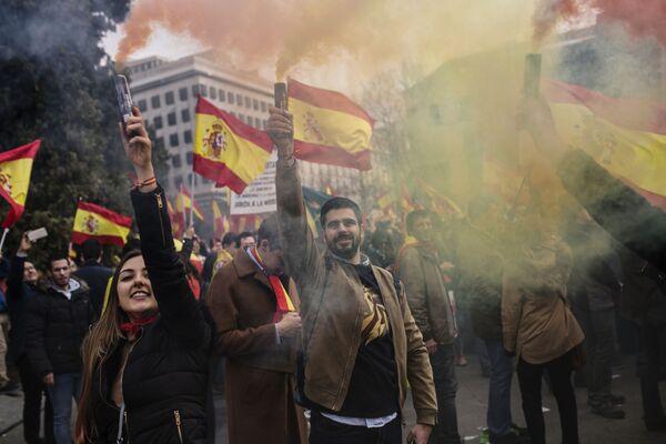 I manifestanti a favore dell'unità di Spagna si sono riuniti in Plaza de Colòn a Madrid. - Sputnik Italia