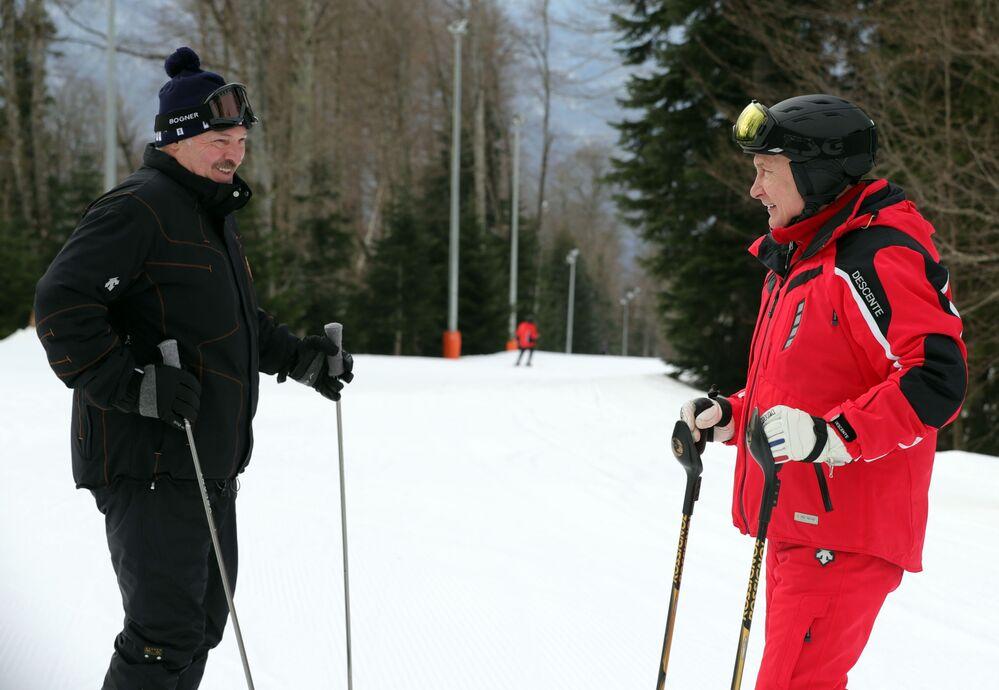 Il presidente bielorusso Aleksandr Lukashenko e il presidente russo Vladimir Putin mentre sciano.