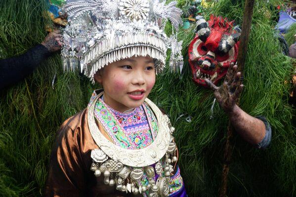Bambina del popolo Miao con il costume etnico al festival di Liuzhou, Cina. - Sputnik Italia