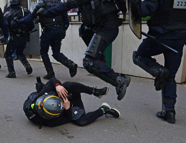Forze dell'ordine e manifestante della protesta dei gilet gialli a Parigi. - Sputnik Italia