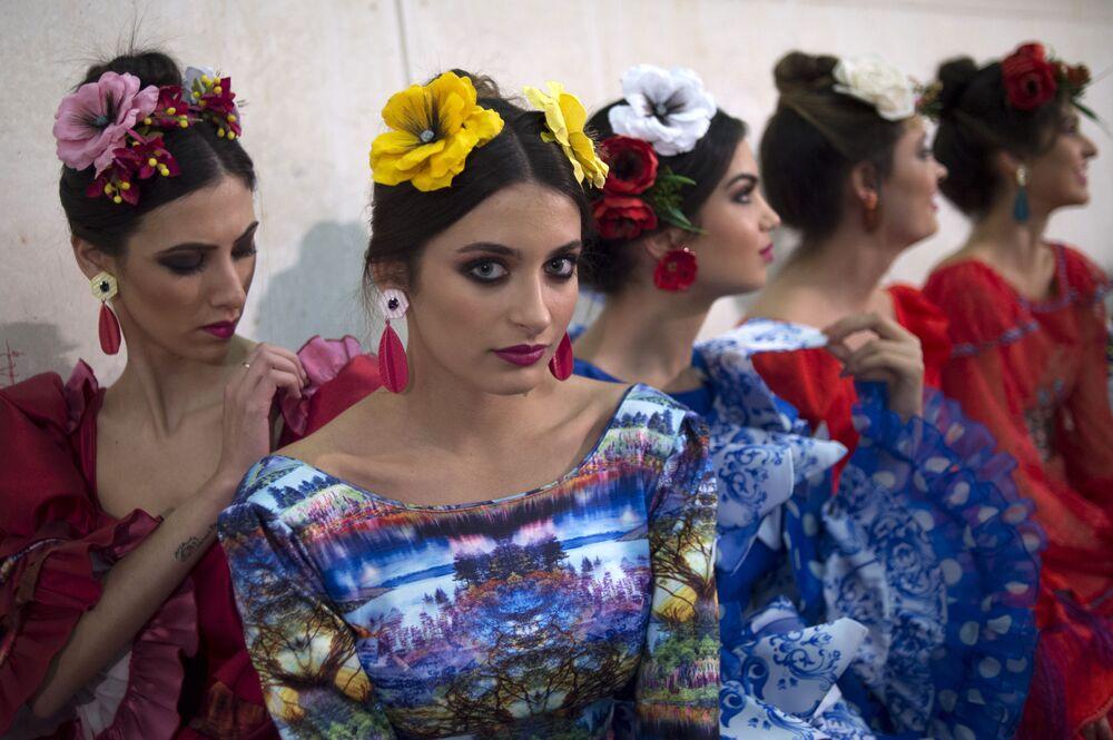 Modelle dietro le quinte del Flamenco Fashion Show di Sevilla, Spagna.