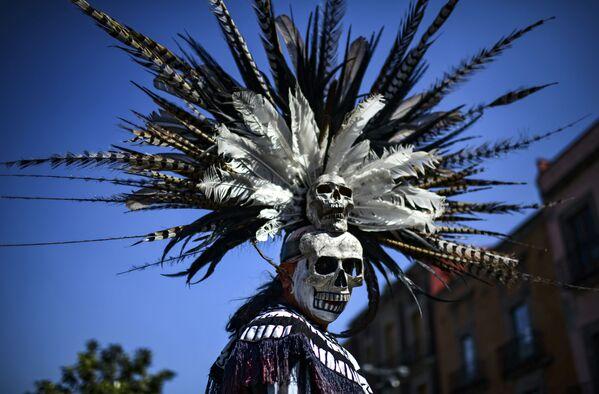 Indigeno messicano prende parte ad una cerimonia di purificazione in Piazza della Costituzione, Città del Messico. - Sputnik Italia