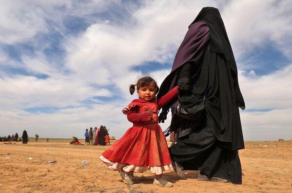 Una rifugiata con sua figlia in Siria. - Sputnik Italia