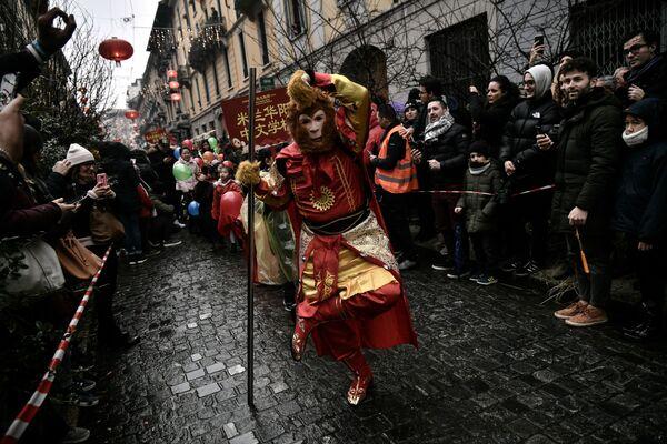 Membri della comunità cinese festeggiano il Capodanno cinese in via Paolo Sarpi a Milano. - Sputnik Italia