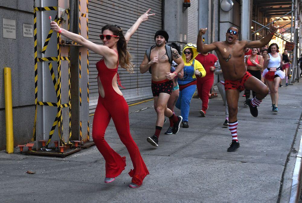 Partecipanti alla corsa di beneficenza Cupid's Undie Run a New York.