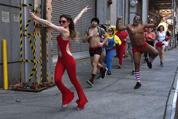 Partecipanti alla corsa di beneficenza Cupid's Undie Run a New York. - Sputnik Italia