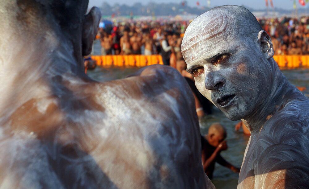 Pellegrino al festival Kumbh Mela di Allahabad, India.