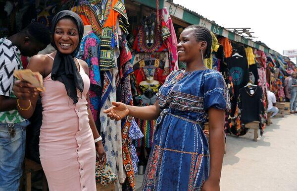 Venditrici si scambiano denaro a Marina, capitale commericale di Lagos, Nigeria. - Sputnik Italia