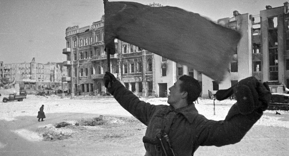 Uomo con una bandiera a Stalingrado il 31 gennaio 1943