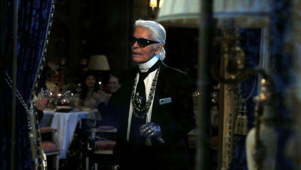Karl Lagerfeld alla presentazione della sua collezione per la Maison Chanel a Parigi, il 6 dicembre 2016. - Sputnik Italia