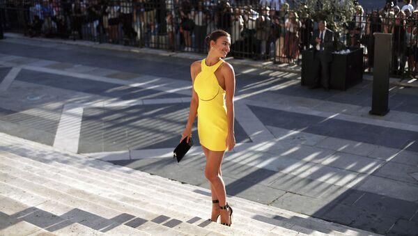 Русская модель Ирина Шейк перед показом Versace Haute Couture Осень-Зима 2015-2016 - Sputnik Italia