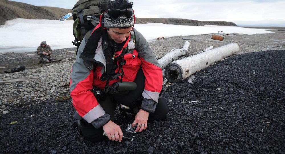 Dipendente del Parco 'Russkaya Arktika' impegnato in ricerche scientifiche