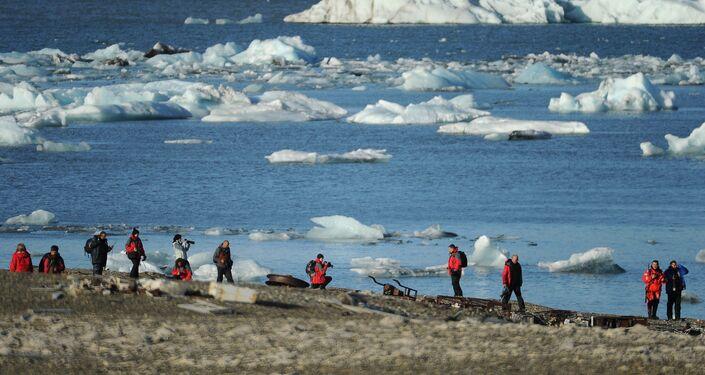 Partecipanti ad una spedizione sull'isola nord (stazione meteo abbandonata, 'baia russa')