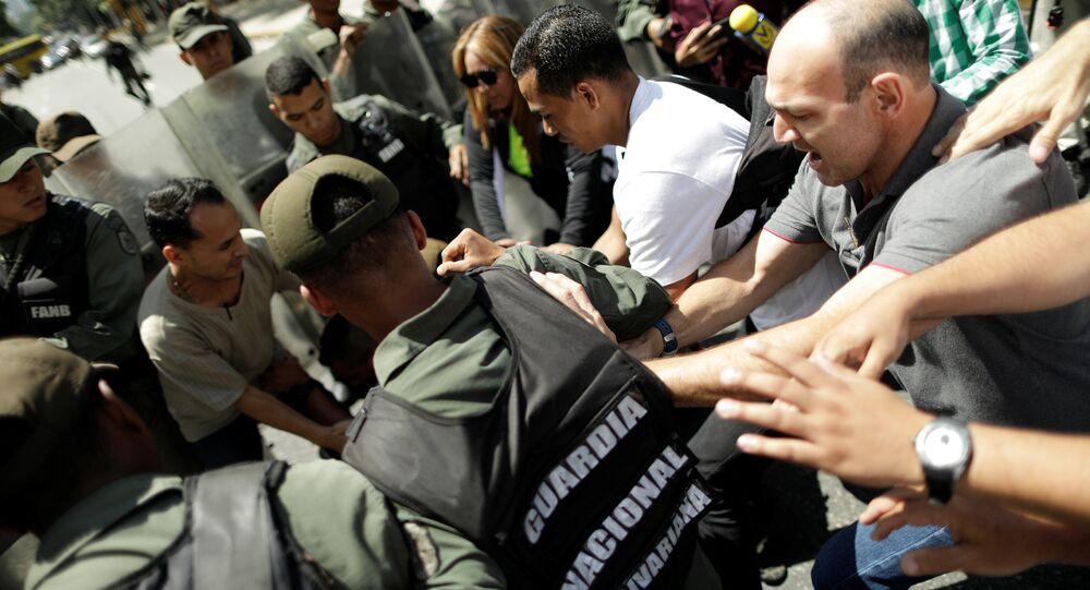 Un hombre pelea con la Guardia Nacional Bolivariana que impide a fiscal general de Venezuela ingreso a su oficina