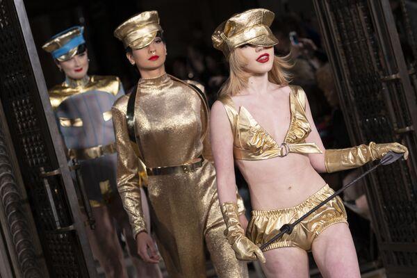 Le modelle alla sfilata di Pam Hogg alla Settimana della moda a Londra. - Sputnik Italia