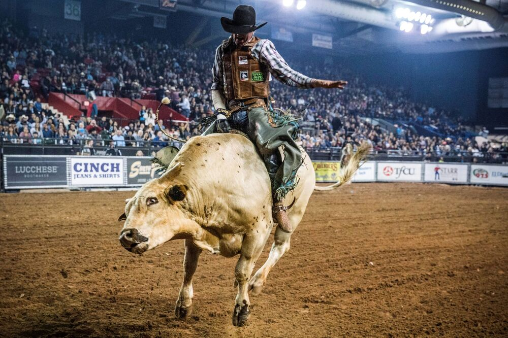 Un partecipante al concorso Tuff Hedeman Bull Riding Tour in Texas.