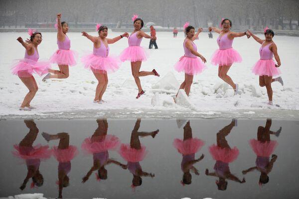Gli amanti della nuotata d'inverno, vestiti da ballerine, visti a Shenyang, Cina. - Sputnik Italia