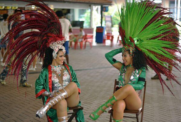 Le danzantrici della scuola Rio Grande Samba si stanno parlando durante una pausa delle prove a Rio de Janeiro. - Sputnik Italia