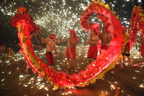 La danza del drago alla Festa dei lanterni a Anshan, Cina. - Sputnik Italia
