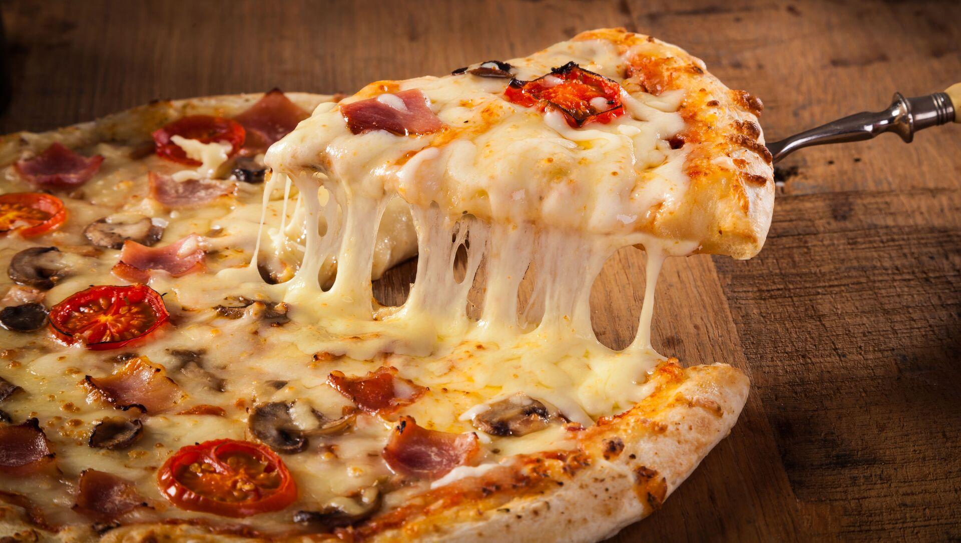 Горячая пицца на деревянном столе  - Sputnik Italia, 1920, 11.02.2021
