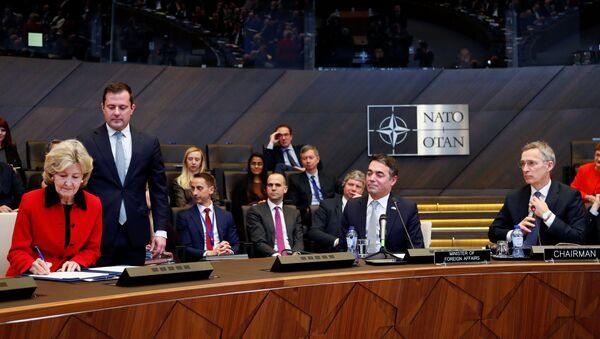 L'ambasciatore statunitense in NATO Kay Bailey Hutchison, il ministro degli Esteri macedone Nikola Dimitrov e il segretario generale della NATO Jens Stoltenberg alla firma del protocollo di adesione della Macedonia alla NATO, Bruxelles, Belgio. - Sputnik Italia