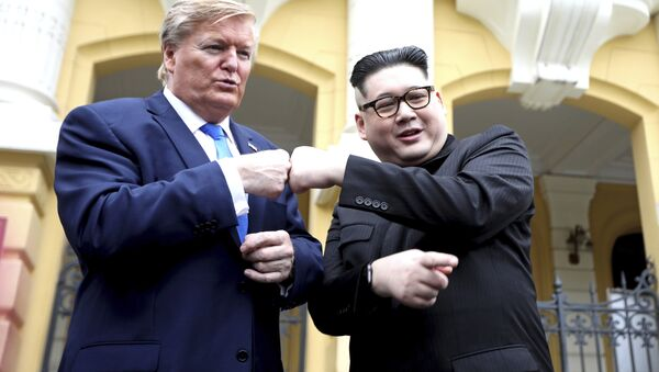 U.S. President Donald Trump impersonator Russell White, left, and Kim Jong-un impersonator Howard X pose for photos outside the Opera House in Hanoi, Vietnam, Friday, Feb. 22, 2019. The second summit between Trump and Kim will take place in Hanoi on Feb. 27 and 28.  - Sputnik Italia