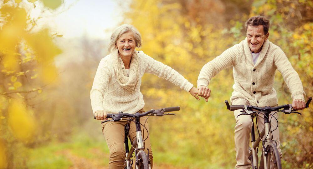 Anziana coppia in bicicletta