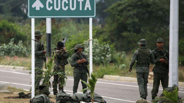 Venezuelan Army Soldiers Stand at Tienditas International Bridge - Sputnik Italia