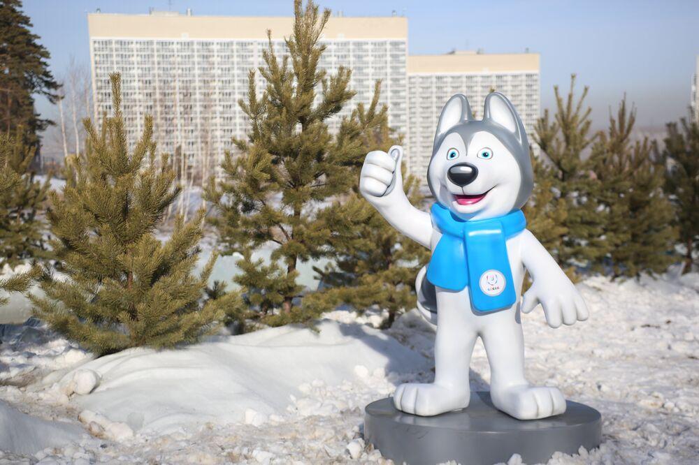 La mascotte delle Universiadi Krasnoyarsk 2019, Laika, saluta i visitatori del villaggio delle Universiadi
