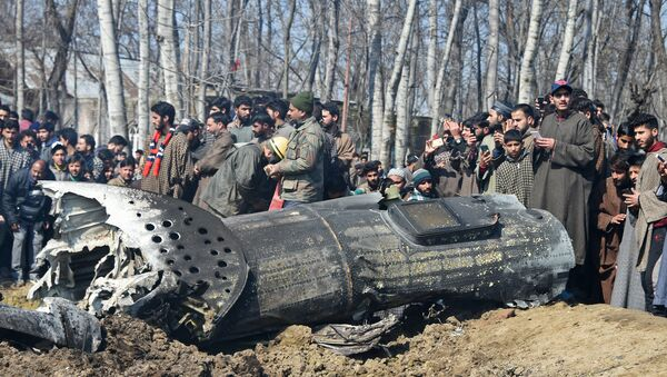Indian soldiers and Kashmiri onlookers stand near the remains of an Indian Air Force aircraft after it crashed in Budgam district, on the outskirts of Srinagar on February 27, 2019 - Sputnik Italia