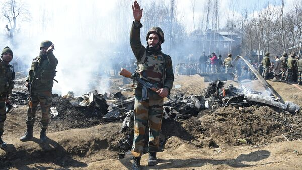 Indian soldiers gesture near the remains of an Indian Air Force aircraft after it crashed in Budgam district, some 30 kms from Srinagar on February 27, 2019 - Sputnik Italia