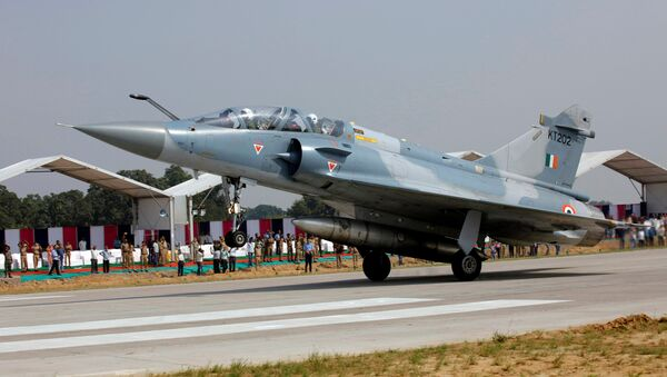 An Indian Air Force Mirage 2000 aircraft lands on the Agra-Lucknow expressway during a drill which, according to the Air Force officials, was held to use the expressway as landing strips in the event of emergency, in Unnao in the northern state of Uttar Pradesh, India, October 24, 2017 - Sputnik Italia