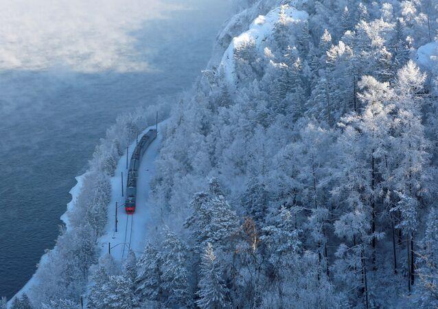 Treno passeggeri d'inverno