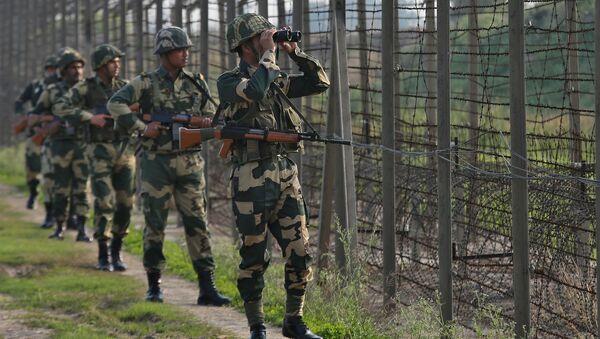 India's Border Security Force (BSF) soldiers patrol along the fenced border with Pakistan in Ranbir Singh Pura sector near Jammu February 26, 2019 - Sputnik Italia