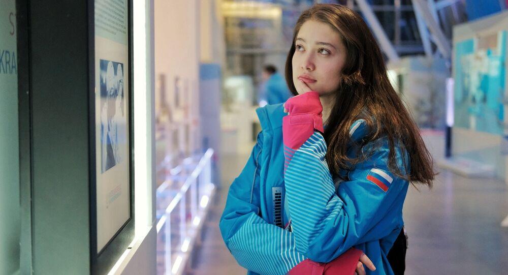 Una volontaria delle Universiadi di Krasnoyarsk 2019 al Museo dell'Universiade