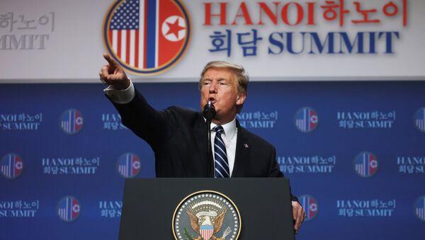 Il presidente statunitense Donald Trump tiene una conferenza stampa dopo il suo summit con il leader nordcoreano Kim Jong Un ad Hanoi, Vietnam - Sputnik Italia