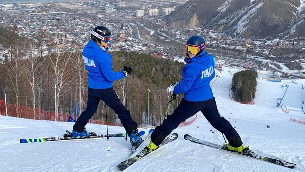 Michela Speranzoni e Petra Smaldore della nazionale italiana di sci alpino alle Universiadi di Krasnoyarsk 2019 durante la prima sciata libera sulle piste di gara - Sputnik Italia