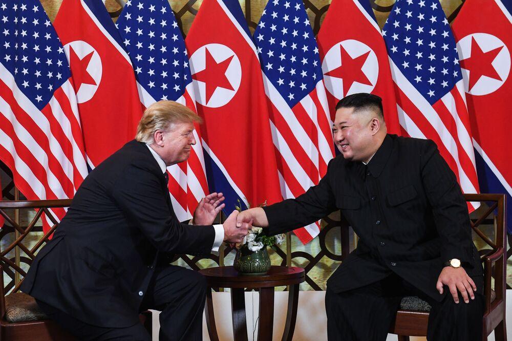 Presidente statunitense Donald Trump con il leader nordcoreano Kim Jong Un si stringono le mani durante l'incontro a Hanoi, Vietnam.