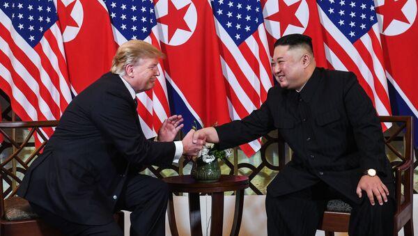 Лидер Северной Кореи Ким Чен Ын и президент США Дональд Трамп во время второго саммита США-КНДР в Ханое, Вьетнам - Sputnik Italia