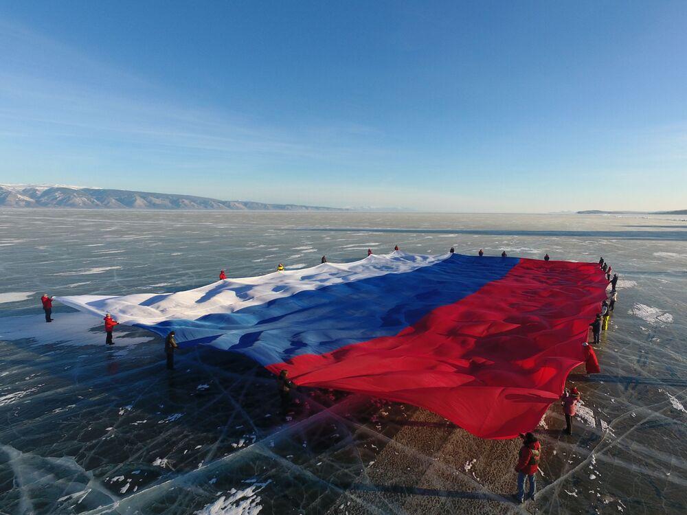 Enorme bandiera russa sopra il lago Baikal.