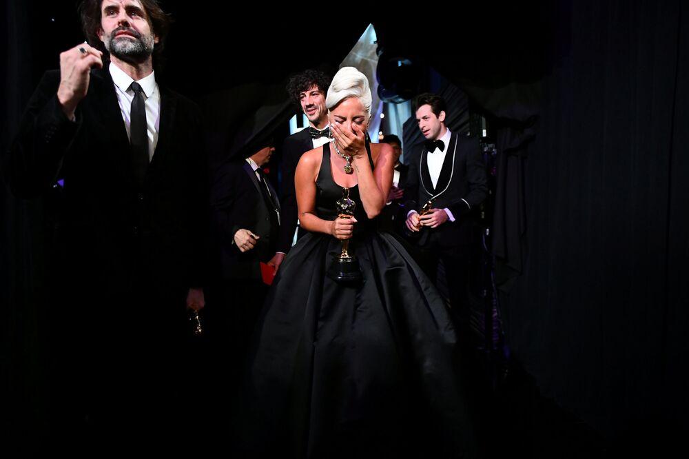 Lady Gaga riceve il suo premio per Shallow, miglior canzone agli Oscar 2019.