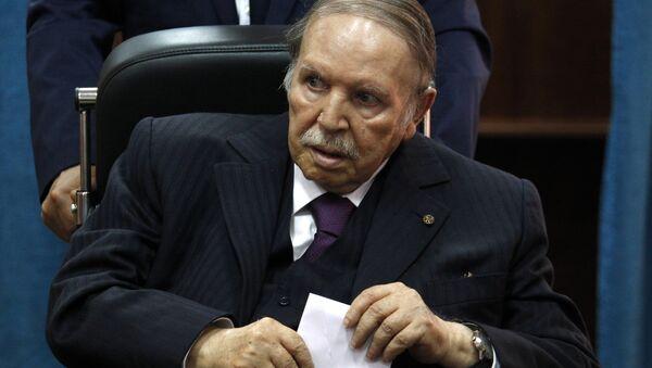 In this May 4, 2017 file photo, Algerian President Abdelaziz Bouteflika prepares to vote in Algiers. - Sputnik Italia